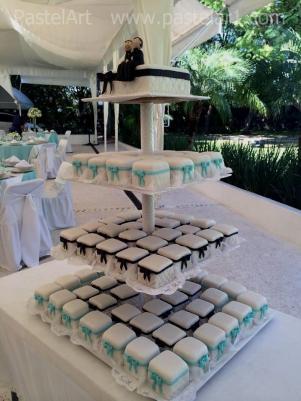 Torre de cake con mini cakes